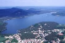 Liberecký kraj vyniká nejčistším vzduchem a množstvím zeleně. Na snímku Máchovo jezero.