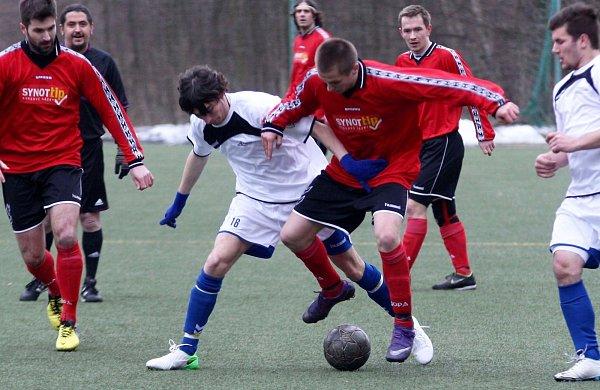 Mimoň - Stráž nad Nisou 0:0. Matušek (Mimoň - včerveném) vsouboji sTóthem.