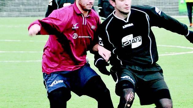 Doksy na divizního soupeře nestačily, i když porážka 0:3 není žádná ostuda. Na snímku je Michal Vaňátko (vpravo).