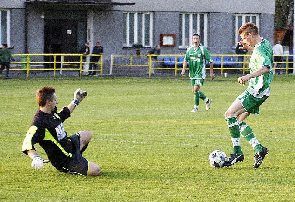 Novoborští hráči v rámci dalšího kola krajského fotbalového přeboru porazili nebezpečný tým VTJ Rapid Liberec 4:1. Demke obchází gólmana Urbana a střílí čtvrtou branku.