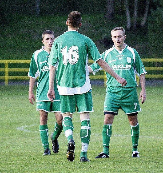 Novoborští hráči v rámci dalšího kola krajského fotbalového přeboru porazili nebezpečný tým VTJ Rapid Liberec 4:1. Demke přijímá gratulace.