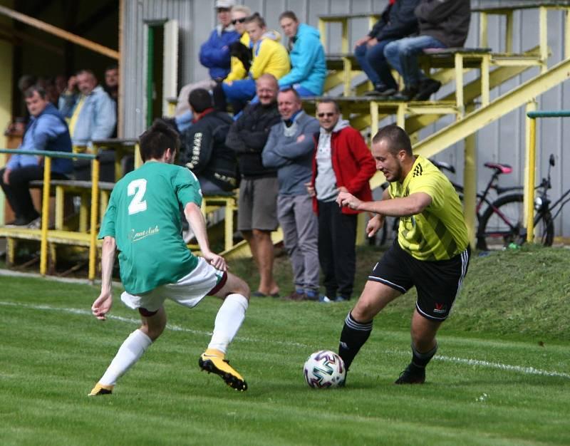 Kamenice (žlutá) - Rapid Liberec 4:2. Miklovič se snaží obejít Mikače.