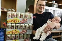 100 PLECHOVEK piva získal tatínek Michal Starý z Mimoně za to, že se mu 11.11. narodil syn Matěj.