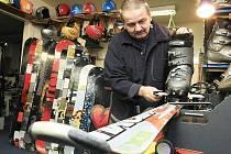 V půjčovnách lyží prožívají nelehké období. Mnoho z nich mluví o řízené likvidaci jejich podnikání. Ilustrační foto.