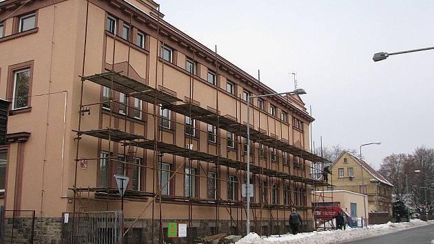Nové ateliéry v podkroví získá sklářská  škola v Novém Boru díky zahájené rekonstrukci.
