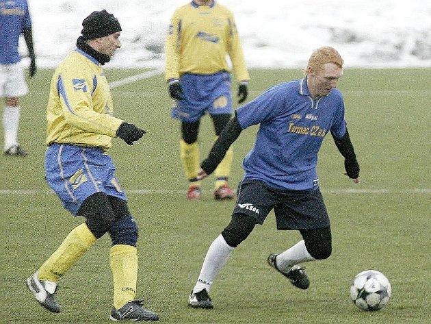Fotbalisté Doks (modré dresy) si v další přípravě poradili s mužstvem Lokomotiva Č. Lípa 5:1