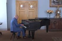 Klavírista Michal Mašek rozezněl sál zákupského zámku známými skladbami hudebních velikánů.