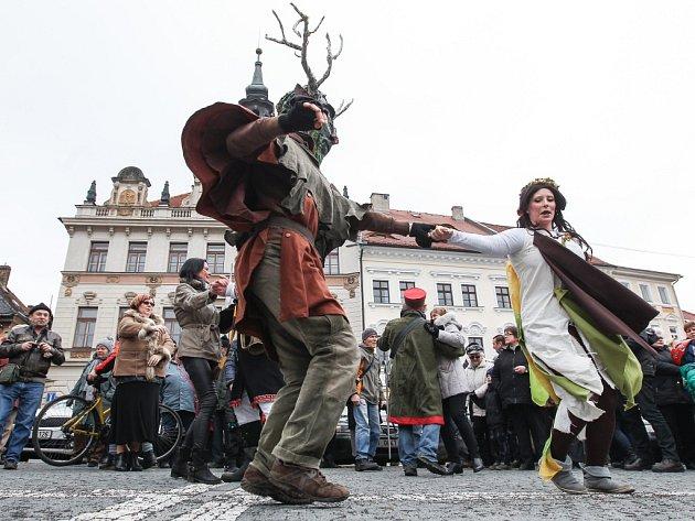 V ulicích České Lípy se na nedělním masopustu bavily desítky lidí.