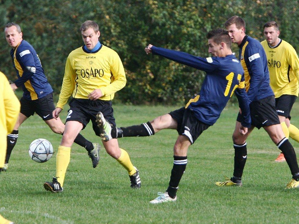 Holany - Rozstání 3:1 (1:0). Drbohlav se snaží zblokovat střelu domácího Serdela (v modrém).