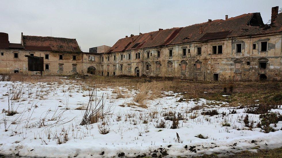 Díky vstřícnosti kastelána Vladimíra Tregla můžeme ukázat jak aktuálně vypadá nepřístupný komplex unikátního dvora ze 17. století, který byl součástí zámku v Zákupech a od konce monarchie neuvěřitelně zchátral. Právě nyní začíná jeho oprava, u jižního kří