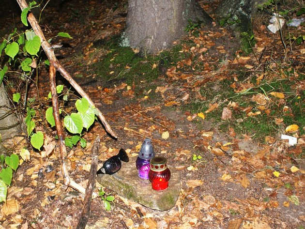 Na místo, kde se našlo tělo zmizelého Daniela, se scházejí přátelé, aby uctili jeho památku.