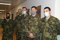 Vojáci pomáhají v nemocnici v České Lípě.
