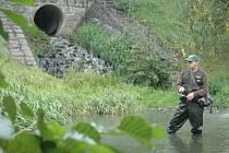 Rybář u kanálový výpusti