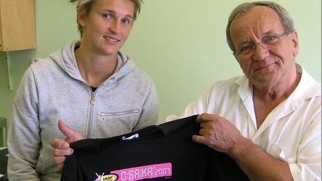 Před olympiádou si Barbora Špotáková léčila v českolipské nemocnici Achillovu šlachu. Primáře Karla Horela potěšila tričkem přivezeným z MS v japonské Osace, kde dosáhla na nejvyšší metu.