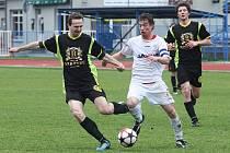 Rezerva Arsenalu uhrála remízu s Košťálovem. Na snímku proniká domácí Burian mezi obránci Klazarem a Kašparem.
