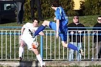 Doksy - Česká Lípa 0:0. Picek (Doksy - v modrém) se snaží zblokovat centr Brože.
