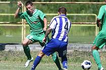 FC Nový Bor - Pěnčín/Turnov 2:1. Stromecký (Nový Bor - v zeleném) se snaží obejít Petříka.