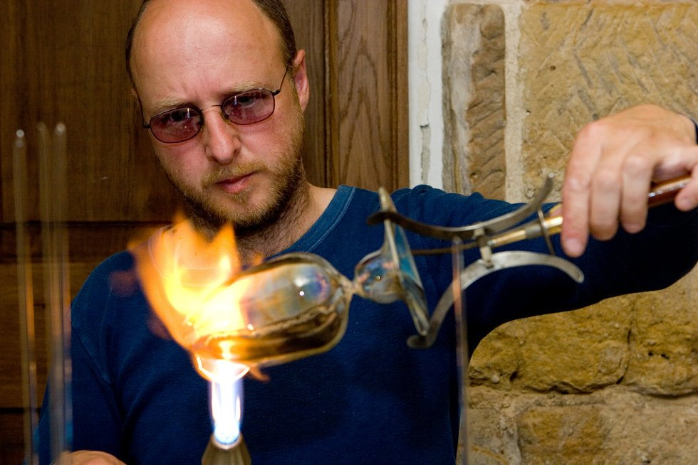 David Wünsch předvedl foukání skla nad kahanem.
