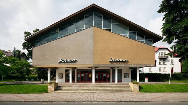 Autorem návrhu kina v Doksech je architekt Karel Hubáček.