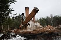 Demolice komínu v bývalém vojenském prostoru Ralsko.