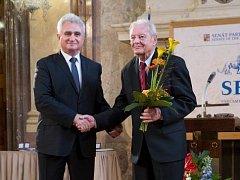 Přední český sklář a autor řady patentů, které posunuly naše sklářství na světovou úroveň, Vlastimil Dvořák (vpravo) zemřel 29. ledna 2018. Loni v září převzal Stříbrnou pamětní medaili Senátu.