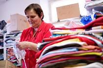 Lidé mohou do charitního šatníku na čtyřech kolech věnovat nejen oblečení, ale také elektrospotřebiče či hračky.