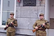 V dobových kostýmech dávají členové Vojensko – historického spolku Lužice hold padlým vojákům.