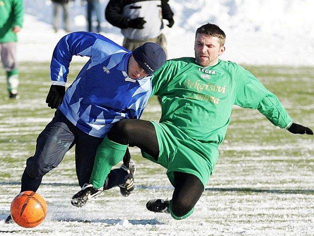 První výhru vybojovali fotbalisté Tatranu Jablonné, kteří porazili Sokol Sloup. Na snímku se Synek snaží zastavit pronikajícího Hetvera.