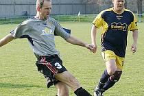 Lokomotiva B jde v poháru dál. Domácí  Radovan Vnuk (vlevo), nejstarší hrající exemplář Lokomotivy, dokazuje, že fotbal stále umí. Vedle něj je dokský Kristian David.