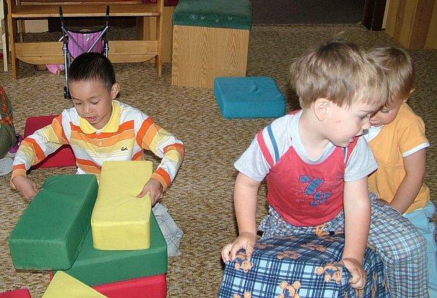 Většina dětí si v mateřské škole nevinně hraje.