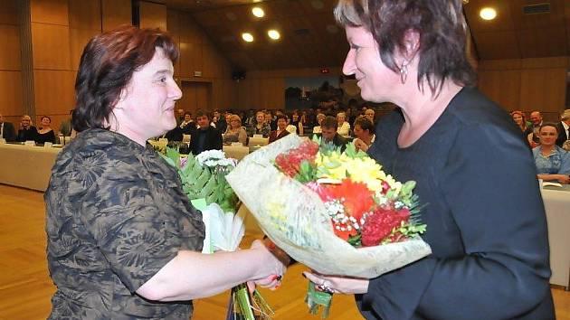 Lenka Tulková (Gymnázium Česká Lípa) a českolipská starostka Hana Moudrá.