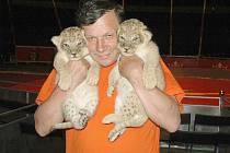 Barborka, Brutus a Remus. Taková jména dostala mláďata lva somálského, která se před třemi týdny narodila v cirkusu Bob Navarro King. Křest proběhl ve čtvrtek v Mimoni, kde soubor v těchto dnech hostuje.