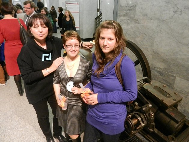 Oceněný novoborské studentky Eliška Motlová a Nikola Klamtová na vyhlášení soutěže v Technickém muzeu v Praze.