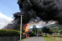 Rozsáhlé požáry chaty v Novinách pod Ralskem a rodinného domu v Lomnici nad Popelkou likvidovali včera a dnes hasiči v Libereckém kraji.