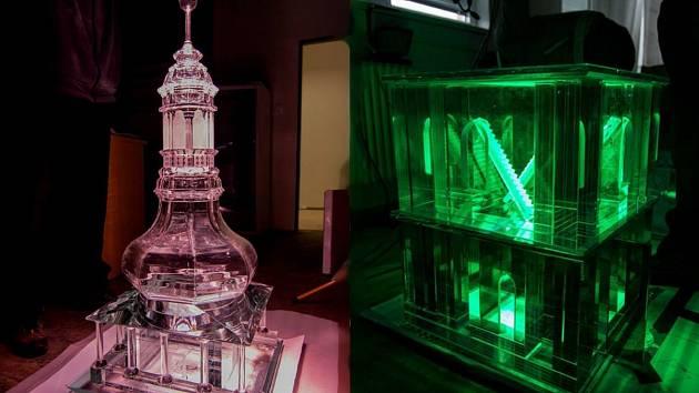 Novoborští skláři dokončují model Bílé věže, dominanty Hradce Králové.