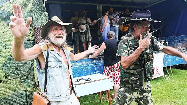 Přehlídka amatérských country skupin na koupališti v Horním Prysku.