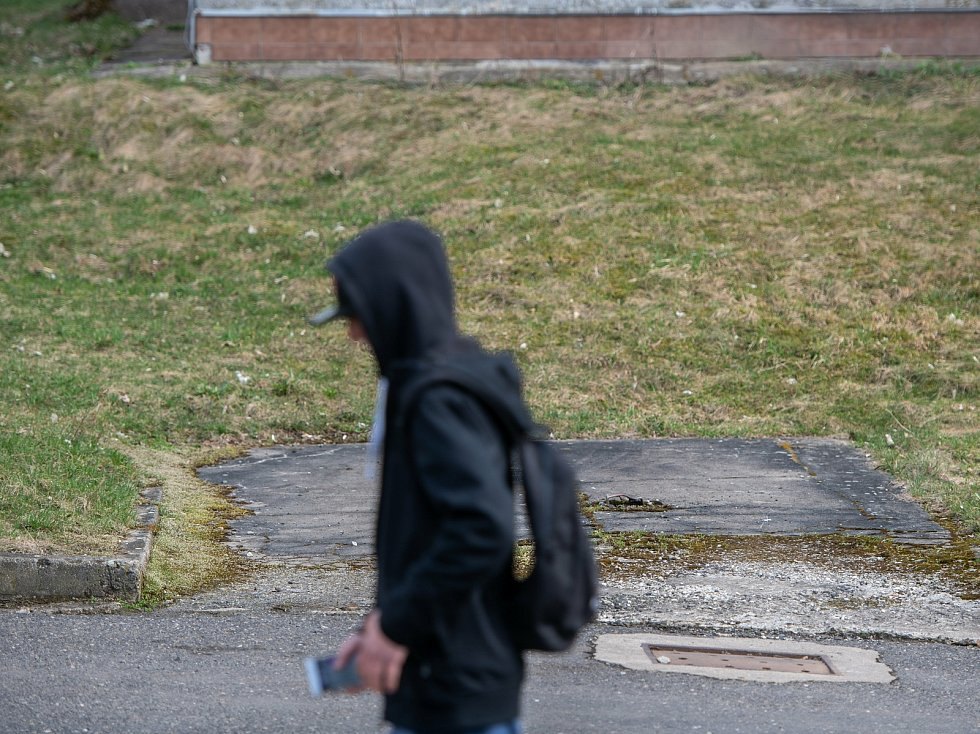 Pátrání po telefonních budkách v České Lípě dopadlo neúspěšně. Všechny už zmizely. Ve většině případech lidé kolem místa, kde dřív stála telefonní budka, telefonovali z mobilu, drželi ho v ruce nebo bylo poznat, že ho mají v kapse u kalhot, stejně jako v