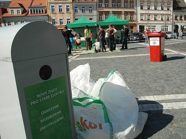 Kde ušetřit v domácnostech na energiích ukazála fiktivní rodina v rámci zábavné road show na podporu recyklace odpadu a vyřazených elektrospotřebičů. Osvětová akce putuje po celém kraji a v úterý dorazila i do České Lípy.