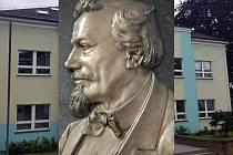 Jan Dvořáček byl prvním ředitelem sklářské školy v Kamenickém Šenově.