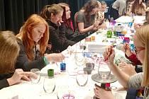 Malování skla žáky i žákyně nadchlo.