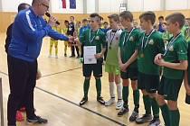 Vítězové halového turnaje Arsenal Cup pro mladší žáky. Josef Košta mladší dekoruje polský tým Lubuski ZPN.
