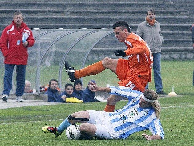 Českolipský Arsenal smolně prohrál s rezervou Mladé Boleslavi 0:1. Neuwirth zastavuje Rudolfa jen za cenu faulu.