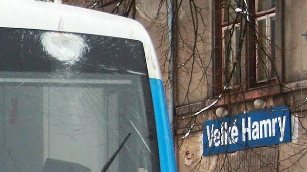 Poškozené čelní okno vozu Stadler po nárazu do stromu.