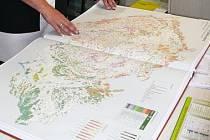 I historii naší země zobrazují mapy v atlasu, který mají v Novém Boru.
