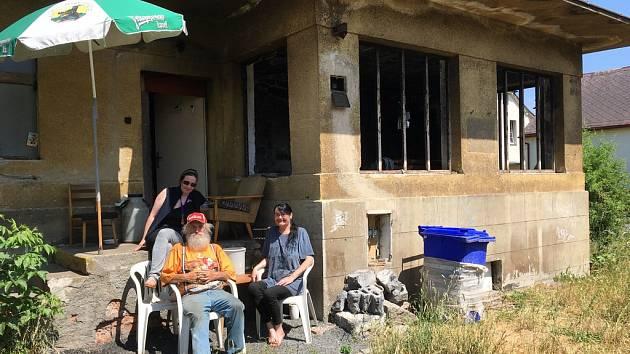 Obyvatelé drážního domku v Lípě.