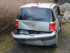 Zloději nijak nevadilo, že je auto nabourané. Když našel klíček v zapalování, pokusil se odjet