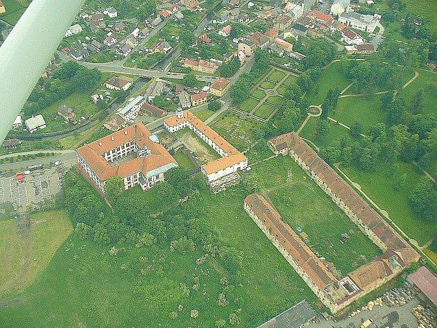 Nejvyšší stupeň památkové ochrany budou od počátku června používat všechny budovy, které náleží k zámku Zákupech, tedy i rozlehlý hospodářský dvůr (na snímku vpravo).