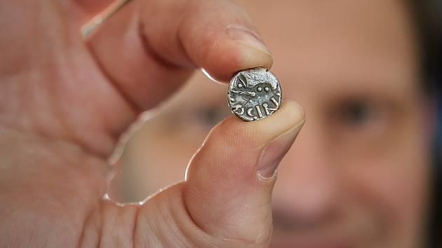 Stříbrná mince je nejvýznamnější osamocený archeologický nález, který loni českolipské muzeum získalo.