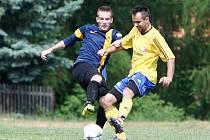 Holany - Pěnčín 4:0. Torba v souboji s hostujícím Matějíčkem (ve žlutém).