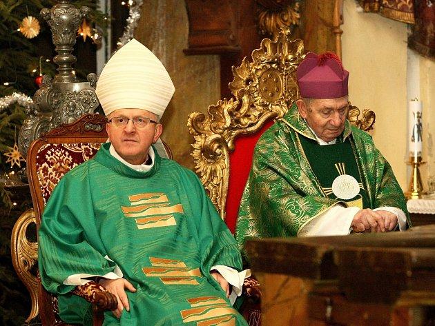 U příležitosti 91. narozenin hornopolického arciděkana Josefa Stejskala (vpravo) sloužil v neděli slavnostní mši Mons. Jan Baxant, biskup litoměřický (vlevo).